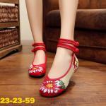 รองเท้าผ้าปักลายจีน ลายปักดอกไม้สวยงาม ตัดสี 2 โทนสวยเก๋ ด้านหลังสูง รัดข้อ 2 เส้น ติดกระดุมจีน ส้นสูง 1 นิ้ว พื้นด้านในซับฟองน้ำ ด้านนอกเป็นผ้าทอแน่นเนื้อดี ใส่สบาย แมทสวยได้ไม่เหมือนใคร