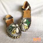 รองเท้าคัทชู ส้นเตี้ย รัดส้น หนังกำมะหยี่แต่งปักลายดอกไม้ด้านหน้าสวยเก๋ รอบพื้นแต่งเชือกถักสลับสีลุควินเทจน่ารัก ใส่สบาย แมทสวยได้ทุกชุด