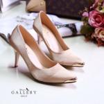 รองเท้าแฟชั่น คัชชูส้นสูง หรูหราด้วยตัวรองเท้าบุซาติน แต่งโครเมียมทอง ด้านหน้า ใส่สวย เรียบหรูไฮโซ