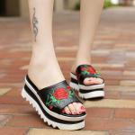 รองเท้าแฟชั่น ส้นเตารีด มัฟฟิน แบบสวม แต่งลายปักกุหลาบสวยเก๋ ทรงสวย ใส่สบาย แมทสวยได้ทุกชุด