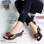 รองเท้าคัทชู ลำลอง ทรงสวมเปิดหน้า เปิดส้น วัสดุหนังแก้วสีเมทาลิก ประดับด้วยพู่ดอกไม้ เพิ่มความโดดเด่นด้วยกระดุมสีเงินสวยสะดุดตา แมทสวยได้ทุกชุด สูง 2.5 นิ้ว สีน้ำตาล เทา (Y945-6 )