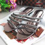 รองเท้าแตะแฟชั่น สไตล์ชาแนล แต่งโซ่สีเมทัลลิคเงาสวยเก๋ ดูแพง ละเอียดปราณีต สวยตามแบบ พื้นด้านในบุนวมใส่แล้วนิ่มสบายเท้า ทรงสวย ใส่สบาย น้ำหนักเบา แมทสวยได้ทุกชุด (19-018)