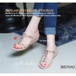 รองเท้าแฟชั่น Plush Sandals สไตล์ Casual แบบสวม เก็บหน้าเท้า วัสดุหนัง สักกหลาด แต่งอะไหล่สวยหวาน ร้อยผ้าซาตินเก๋สีเข้ากันได้ลงตัว ดูหรูไฮโซ พื้น 2 ชั้น พื้นเสริมฟองน้ำนุ่ม Soft ต่อผิวสัมผัส ถนอมสุขภาพทุกย่างก้าว พื้น ด้านล่างเป็นยางกันลื่นอย่างดี สวมลำลอ