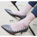 รองเท้าคัทชู สวยหรู Rock Stud Kintten Heels หนังฉลุสวย งานตอกหมุด สไตล์แบรนด์ดัง มากับส้นสวยแบบ kintten เพียง 2.5 นิ้ว สวมสบายไม่บีบ เท้า ใส่กับชุดหรูหรือชุดไหนก็เฟอร์เฟ็ค สีครีม เทา