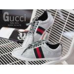 รองเท้าผ้าใบแฟชั่น สไตล์ Gucci sneaker Glitter with stud รุ่นใหม่ล่าสุด แบบเดียวกับที่คุณเป้ย ปานวาดและเหล่าบรรดาเซเลปทั้งหลายใส่เลย!! วัสดุหนังวิ้งค์สีเงิน ดูไฮสุดๆ ณ จุดนี้ ใครใส่ก็มีออร่าความเป็นเซเลป งานสวยเป๊ะ มีสีเงินเดียว