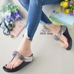 รองเท้าแตะ เพื่อสุขภาพ สไตล์ฟิตฟลอล แบบคีบ ดีเทลติดดอกคริสตัล ดูหรูหรา พื้นสุขภาพนุ่มมาก ใส่สบาย โชว์ผิวเบาๆ สูง 1.5 นิ้ว GREY BLACK BROWN (2038)