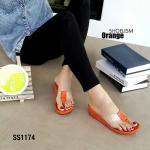 รองเท้าแฟชั่น แบบหนีบ ดีไซน์เรียบแต่เก๋มาก ด้วยสายพลาสติกใส่เนื้อนิ่ม โชว์เท้า ตัดสีพื้นสดใส พื้นบุนุ่ม ใส่สวยแบบเซ็กซี่เล็กๆ เก๋ได้ทุกชุด