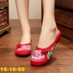 รองเท้าผ้าปักลายจีน ทรงหัวมน เปิดส้น ลายปักดอกไม้แต่งแบบกระดุมจีนด้านข้างๆ สวย น่ารัก ส้นสูง 1 นิ้ว พื้นด้านในซับฟองน้ำ ด้านนอกเป็นผ้าทอแน่นเนื้อดี ใส่สบายมาก แมท สวยได้ไม่เหมือนใคร