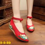 รองเท้าผ้าปักลายจีน ทรงหัวแหลม ลายช่อดอกไม้ด้านหน้า ส้นสูง 1 นิ้ว พื้นด้านในซับ ฟองน้ำ ด้านนอกเป็นผ้าทอแน่นเนื้อดี มีรัดข้อกลัดกระดุมจีน ใส่สบาย แมทสวยได้ไม่ เหมือนใคร แมทสวยได้ไม่เหมือนใคร