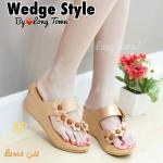 รองเท้าแฟชั่น สไตล์ลำลอง ส้นเตารีด แบบสวมนิ้วโป้ง สายคาดเฉียงแต่ง ดอกไม้สวยน่ารัก พื้นบุนวมนิ่ม ใส่ง่ายสบายเท้า สีดำ น้ำตาล ทอง ขาว (L2453)