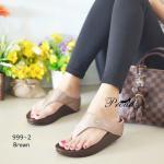 รองเท้าแตะเพื่อสุขภาพสไตล์แบรนด์ดัง แบบหนีบ วัสดุผ้ากลิตเตอร์วิ้ง แต่ง ดีเทลแบบหรูด้วยอะไหล่จรเข้ พื้น Soft Confort นุ่มใส่สบายเท้า โทนขับสีผิว สีเรียบสบายตา แมทง่ายเข้ากับทุกชุด สูง 1.5 นิ้ว สีน้ำตาล ดำ แทน เทา