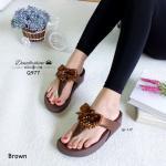 รองเท้าแตะแฟชั่น แบบคีบ สไตล์ Fitflop น่ารักน่าจีบ แต่งพู่ลูกปัดวิ้งๆ ประดับด้วยโบว์ผูกน่ารักมากๆ งานสวย พื้นนุ่มเบาสบาย สูง 1.5 นิ้ว สี น้ำตาล ชมพู (Q977)