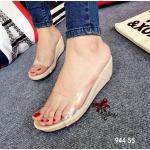 รองเท้าแฟชั่น แบบสวมดีไซน์เก๋โชว์เท้า ด้วยด้านหน้าซิลิโคนใสนิ่มไม่บาดเท้า พื้นบุหนังแก้วใส่แล้วดูขับผิว ส้นเตารีด 2 นิ้ว เสริมหน้า น้ำหนักเบา ทรงสวย ใส่สบาย แมทเก๋ ๆ ได้ทุกชุด