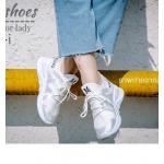 รองเท้าผ้าใบ นำเข้า สไตล์เกาหลี ส้น 1 นิ้ว วัสดุทำจากผ้ายืด สามารถยืดหยุ่นและกระชับขณะที่สวมใส่ ทำให้ใส่สบาย พร้อมรูระบายอากาศเล็กๆ ทำให้ไม่ร้อนและไม่อับ งานดีไซน์เก๋ไม่เหมือนใคร รองเท้าคู่นี้สามารถจะใส่เดิน วิ่ง ออกกำลังเบาๆ หรือจะใส่เที่ยวก็ได้ เพราะงาน