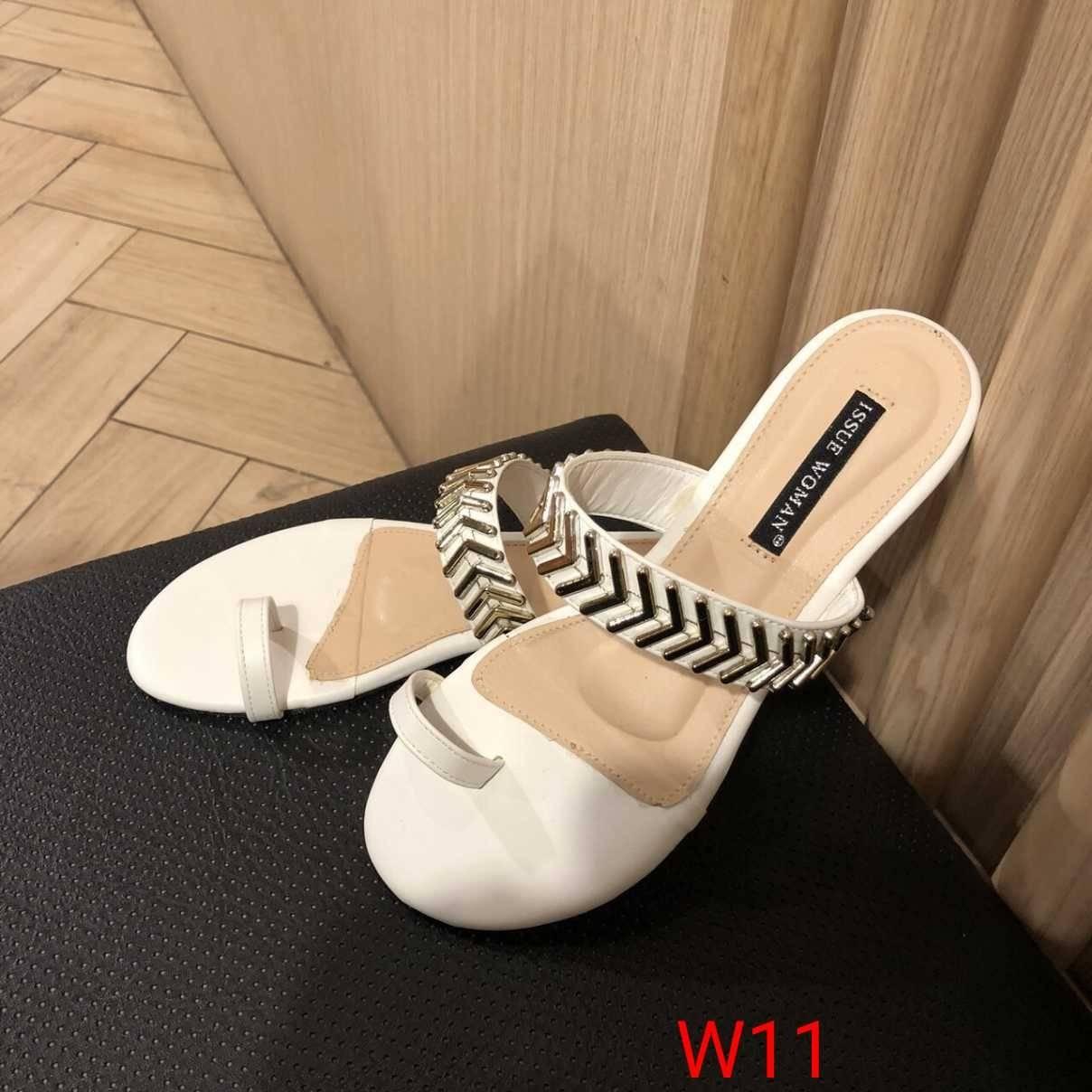 รองเท้าแตะแฟชั่น แบบสวมนิ้วโป้ง แต่งอะไหล่สวยเก๋สไตล์แบรนด์ หนังนิ่ม พื้นนิ่ม วัสดุอย่างดี งานสวย ใส่สบาย แมทสวยได้ทุกชุด