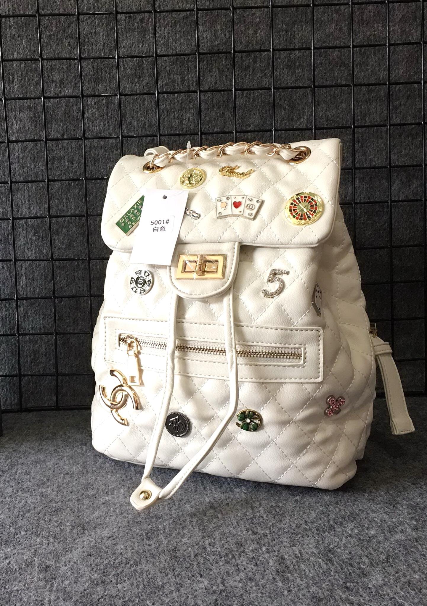 กระเป๋าเป้แฟชั่น สไตล์ชาแนล 10 นิ้ว แต่งอะไหล่หมุด เข็มกลัดสุดเก๋ สายแต่งร้อยโซ่ทองเพิ่มความหรู สะพายสวยได้ทุกชุด