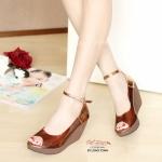 รองเท้าคัทชู เปิดหน้า ส้นเตารีด ทรงสวยใส่ได้ตลอดๆ ดีไซน์สวยอวดเรียวเท้า สวยของคุณ ผสมผสานหนังนิ่ม และพลาสติกใสนิ่มๆ อย่างดี ไม่บาดเท้า ส้นสูง ประมาณ 3.5 นิ้ว กำลังดี เสริมหน้าใส่เดินไม่เมื่อย เพิ่มความกระชับด้วยสายรัด ข้อปรับระดับได้ แบบตะขอเกี่ยวถอดใส่ง่