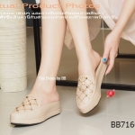 รองเท้าคัทชู ส้นมัฟฟิน งานสวยดีไซน์เก๋๋ กับ VALENTINO Muffin Mules Style ลำลองแบบเปิดส้น แต่งหมุดตอกเรียงสลับเป็นเส้นตัดเฉียงด้านหน้า งานมีเอกลักษณ์สไตล์แบรนด์ดัง ความสูงประมาณ 2 นิ้ว ในส่วนของพื้นมี การเย็บแต่งหนังเดินเส้นเพื่มความเก๋ ยิ่งขึ้นไปอีก ดูโดด