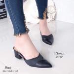 รองเท้าคัทชู เปิดส้น เก็บทรงเท้าสวย วัสดุหนังพียูเล่นลายและสีแบบทูโทน แต่งแบบมีมิติด้วยการเย็บไขว้ทรงหน้าวีเล็กน้อย ทำให้หน้าเท้าดูสวยเรียวยิ่งขึ้น สูง 2 นิ้ว (24-19)