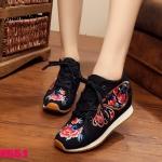 รองเท้าผ้าปักลายจีน ทรงผ้าใบสวยน่ารัก ลายปักดอกไม้และผีเสื้อสวยงาม ด้านหน้าผูก เชือก เสริมส้นด้านในสูง 2 นิ้ว ด้านนอกเป็นผ้าทอแน่นเนื้อดี พื้นยางหนากันกระแทกเพื่อ สุขภาพเท้า ใส่สบาย แมทสวยได้ไม่เหมือนใคร