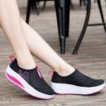 รองเท้าผ้าใบ เพื่อสุขภาพสุดฮิต สำหรับคนที่ชื่นชอบความเบา โปร่ง โล่งสบาย ไม่อับชื้น วัสดุทำจากผ้าตาข่าย สีสันสดใส ผสมผสานระหว่างรองเท้าผ้าใบกับ รองเท้าลำลอง ออกแบบมาให้รองรับเท้าได้อย่างดี น้ำหนักเบา ใส่สบาย วัสดุ ทำจากยางถักเกรดคุณภาพนุ่มไม่อึดอัด พื้นทำจ