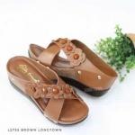 รองเท้าแฟชั่น ส้นเตารีด แบบสวม สวยน่ารัก หนัง PU นิ่มอย่างดี แต่งดอกไม้ ด้านหน้า สายไขว์เก็บหน้าเท้า ส้นสูงประมาณ 2.5 นิ้ว พื้นบุนิ่ม ใส่สบาย แมท สวยได้ทุกชุด (L2755)