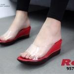 รองเท้าแฟชั่น ส้นเตารีด แบบสวม คาดหน้าพลาสติกใสนิ่มไม่บาดเท้า สวยเรียบเก๋อินเทรนด์ ส้นหนังแก้วเงานิ่ม สูง 2.5 นิ้ว น้ำหนักเบา ใส่ง่าย หนังนิ่ม ทรงสวย ใส่สบาย แมทสวยได้ทุกชุด ดำ ตาล เทา แดง ชมพู ครีม (957-83)