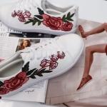 รองเท้าผ้าใบแฟชั่น ปักดอกไม้แต่งแถบสีด้านข้างสไตล์กุชชี่ สุดฮิต วัสดุอย่างดี ใส่สบาย แมทสวยได้ทุกชุด