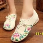 รองเท้าผ้าปักลายจีน งานปักลายช่อดอกไม้สวยหวาน ติดกระดุมจีนด้านบน ส้นสูง 1 นิ้ว พื้นด้านในซับฟองน้ำ ด้านนอกเป็นผ้าทอแน่นเนื้อดี ทรงน่ารักใส่สบาย แมทสวยได้ไม่เหมือนใคร