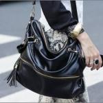 กระเป๋าสะพาย สีดำ สวยเท่ห์ Brand :: Axixi แท้ 100% หนัง PU อย่างดี แต่งซิปเก๋ ใบใหญ่ จุของเยอะ สายสะพายปรับความยาวได้ ขนาดกว้าง 40 CM สูง 33 CM หนา 15 CM น้ำหนัก 0.73 kg
