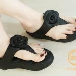 รองเท้าแตะแฟชั่น แบบหนีบ แต่งกุหลาบด้านหน้าสวยหวานดูดี พื้นบุลายโซฟาหนานุ่ม ใส่สบายมาก แมทสวยได้ทุกชุด (YT101)