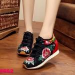 รองเท้าผ้าปักลายจีน ทรงผ้าใบสวยน่ารัก ลายปักดอกไม้สวยงามตัดสีผ้าลายด้านหลังสวย ลงตัว ด้านหน้าติดกระดุมจีน 4 แถว เสริมส้นด้านในสูง 2 นิ้ว ด้านนอกเป็นผ้าทอแน่นเนื้อดี พื้นยางหนากันกระแทกเพื่อสุขภาพเท้า ใส่สบาย แมทสวยได้ไม่เหมือนใคร