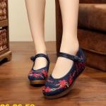 รองเท้าผ้าปักลายจีน เป็นผ้าสีบลูยีนส์ปักลวดลายดอกไม้สีแดงเล็กๆ ที่ด้านหน้าและด้าน ข้าง ผสมผสานกับตัวอักษรจีนสวยงามลงตัว คาดหน้าติดกระดุมจีน พื้นยางหนาเพื่อสุขภาพ เท้า รองรับแรงกระแทกได้ เสริมส้น 2 นิ้ว ใส่สบาย แมทสวยได้ไม่เหมือนใคร