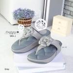 รองเท้าแตะแฟชั่น แบบหนีบ พื้นบุนวมหนาลายโซฟา สวยหวานน่ารัก แต่ง ดอกคามิเลียร์ประดับอะไหล่โลหะรูป CC พื้นนุ่มหนาน่าสัมผัสมากๆ ใส่สบาย เท้า สวยแป๊ะ สูง 1.5 นิ้ว สีดำ ครีม เทา (999-1)
