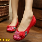 รองเท้าผ้าปักลายจีน ลายดอกโบตั๋นปักสวย ด้านบนแต่งกระดุมจีนเพิ่มความน่ารัก ส้นสูง 2 เซน พื้นด้านในซับฟองน้ำ ด้านนอกเป็นผ้าทอแน่นเนื้อดี ใส่สบาย แมทสวยได้ไม่เหมือน ใคร แมทสวยได้ไม่เหมือนใคร