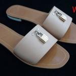 รองเท้าแตะแฟชั่น แบบสวม แต่งอะไหล่กุญแจด้านหน้าสไตล์ LV เรียบเก๋ หนังนิ่ม ใส่สบาย แมทสวยได้ทุกชุด