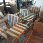 เก้าอี้ไม้เก่าพร้อมโต๊ะข้าง