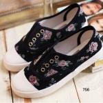 รองเท้าผ้าใบแฟชั่น ลายดอกไม้สดใส แต่งลายดอกไม้รอบด้านสไตส์ฮอลิเดย์ วัสดุเกรดฟรีเมี่ยม ไม่ต้องผูกเชือก สวมใส่สบาย น่ารักมากๆ สูงหน้า 2.3 ซม. ส้นสูง 2.5 ซม. สีขาว