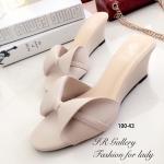 รองเท้าแฟชั่น ส้นเตารีด หนังนิ่ม ดีเทลหน้าโบว์ เรียบเก๋ น่ารัก สูง 2.5 นิ้ว ใส่ แมทซ์เสื้อผ้าง่ายและสวยได้อย่างลงตัว สีดำ ครีม (100-43)