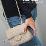 กระเป๋าแฟชั่น สะพายข้าง งานสวยคลาสสิคแต่แอบซ่อนความน่ารัก สไตล์ชาแนล ขนาด กว้าง 7.5 นิ้ว x สูง 5.5 นิ้ว วัสดุเป็นหนังคาเวียร์เย็บเดินเส้นบุนวม ติดโลโก้ CC ไขว้สีทองด้านหน้า งานป้าย (ตีแบรนด์ด้านใน ปั๊มลึกตรงด้านในตรงเหล็กตัวล็อค และจี้ CC ตรงซิปด้านใน) ตั