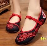 รองเท้าผ้าปักลายจีน งานปักขนนกยูงและดอกกุหลาบสวยคลาสสิค แต่งกระดุมจีนด้านหน้า ส้นสูง 1 นิ้ว พื้นด้านในซับฟองน้ำ ด้านนอกเป็นผ้าทอแน่นเนื้อดี ทรงน่ารัก ใส่สบาย แมทสวยได้ไม่เหมือนใคร
