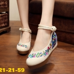 รองเท้าผ้าปักลายจีน ลายปักดอกไม้ พัดสวยงาม เป็นพื้นยางหนาเพื่อสุขภาพเท้า รองรับ แรงกระแทกได้เยอะ เสริมส้นสูง 2 นิ้ว มีสายรัดข้อแบบกระดุมจีน ทรงน่ารัก ใส่สบาย แมท สวยได้ไม่เหมือนใคร