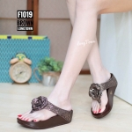รองเท้าแตะแฟชั่น สวยเก๋ แบบหนีบ หนังกลิสเตอร์สวยวิ้งแต่งดอกไม้หรู พื้นซอฟคอมฟอตนิ่มสไตล์ฟิตฟลอบ ใส่สบายมาก แมทสวยได้ทุกชุด (F1019)