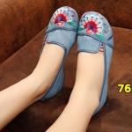 รองเท้าผ้าปักลายจีน งานปักดอกไม้พัดสวยเก๋ สวมใส่ง่ายๆ ด้านหน้ามียางยืดกระชับเท้า ส้นสูง 1 นิ้ว พื้นด้านในซับฟองน้ำ ด้านนอกเป็นผ้าทอแน่นเนื้อดี ทรงน่ารัก ใส่สบาย แมทสวยได้ไม่เหมือนใคร