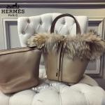 กระเป๋าแฟชั่น สไตล์ Hermes Picotin Fur bag เปรี้ยวสุดๆ กับพิโคตินรุ่นนี้ ด้านบนขอบแต่งขนเฟอร์เน้นๆ นุ่มหนา น่าใช้มาก ไซสใหญ่ จุของได้เยอะ ชุดเซ็ต 2 ใบ ด้านในมีกระเป๋าใบเล็กแยก เกี่ยวสายเป็นกระเป๋าสะพายได้ ใบใหญ่ใส่ของได้เยอะ ฐานกระเป๋ากว้าง งานดีงานสวย หน