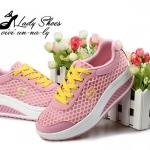 รองเท้าผ้าใบ เสริมส้นสวยเท่ห์ วัสดุเป็นผ้าตาข่าย แต่งเชือกผูกตัดสีเก๋ ๆ ระบายอากาศอย่างดี ส้นโฟม PU สูง 2 นิ้ว น้ำหนักเบา พื้นนิ่ม ใส่สบายมาก ใส่สวยทั้งวันชิว ๆ และเล่นกีฬา