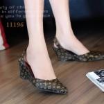 รองเท้าคัทชู ส้นเตารีด สวยเรียบหรู สไตล์ LV หนังอย่างดีลายโมโนแกรม รัดส้น ทรงหัว แหลมดูเท้าเรียว พื้นนิ่ม ใส่สบาย แมทสวยได้ทุกชุด (11196)