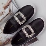รองเท้าผ้าใบแฟชั่น ดีไซน์สวยหรู สไตล์ roger vivier แต่งคลิสตัลเพชรด้านหน้า ใส่สบาย แมทสวยได้ทุกชุด
