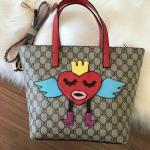 กระเป๋าแฟชั่น เกาหลี สไตส์ Gucci bag วัสดุผ้าแคนวาส ลาย Monogram งานพิมพ์ลายกราฟฟิค ลายใหม่ล่าสุด ปักนูน รูปหัวใจ คอลเลคชั่นใหม่ เป็นงานช่างฝือมือการตัดเย็บงาน Hi-end คุ้มค่าคุ้มราคา มาพร้อมสายสะพายข้าง ขนาด 11 นิ้ว สูง 13 นิ้ว