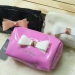 กระเป๋าใส่เครื่องสำอาจ สไตล์ Ted Baker Mini Classy Bag ดีไซน์เรียบหรู มาในรูปทรงสี่เหลี่ยม พกพาง่าย มีน้ำหนักเบา วัสดุหนังเงาอย่างดี แต่งดีเทล ด้วยโบว์ฟรุ้งฟริ้ง เหมาะสำหรับใส่ของใช้ส่วนตัวกระจุกกระจิก เสริมลุคให้ดูดี มีสไตล์สุดๆ แฟชั่นนิสต้าตัวจริงต้องไม